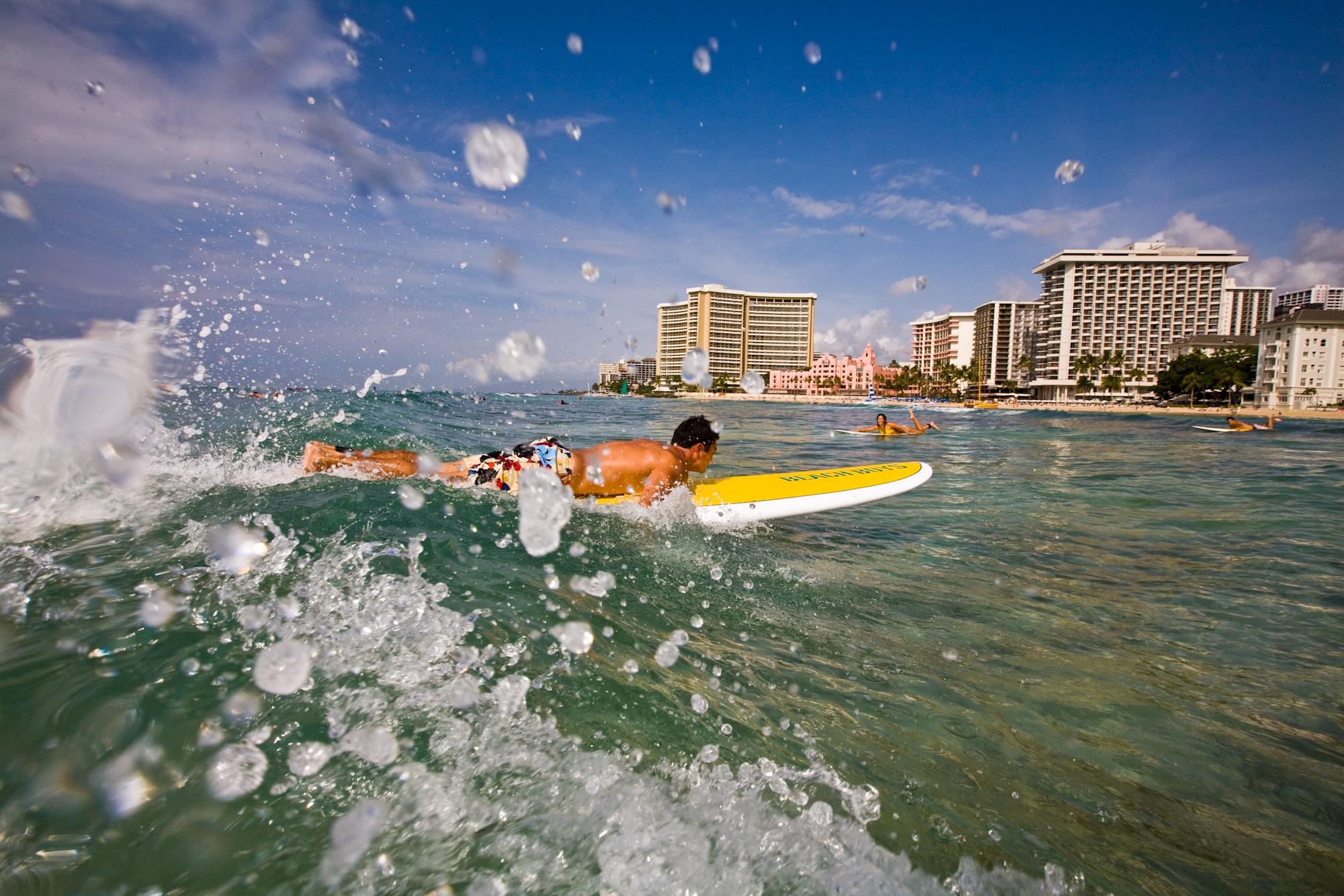 Hawaii-Tourism-Men-Surfing-1