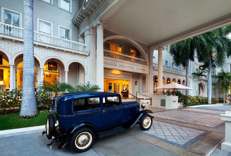 Moana-Surfrider-Entrance-Vintage-Car