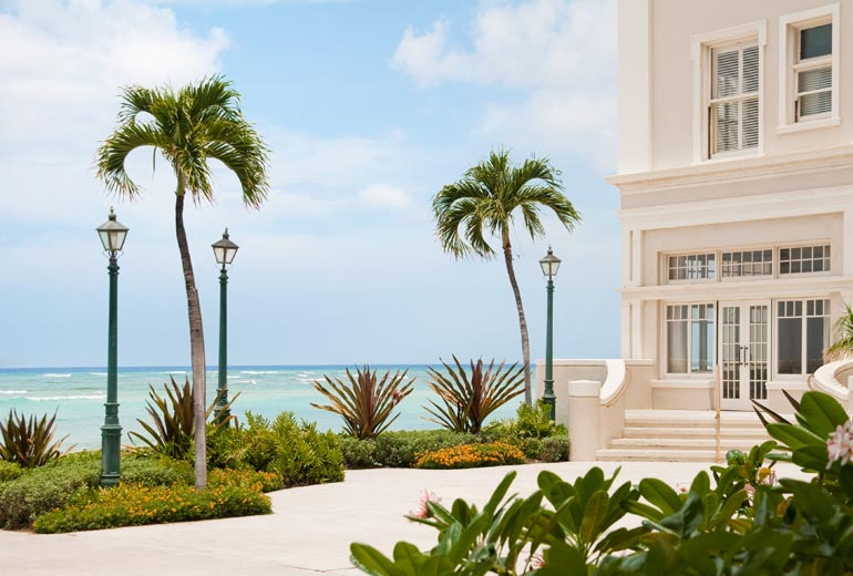 Moana-Surfrider-Exterior-with-Beach-View