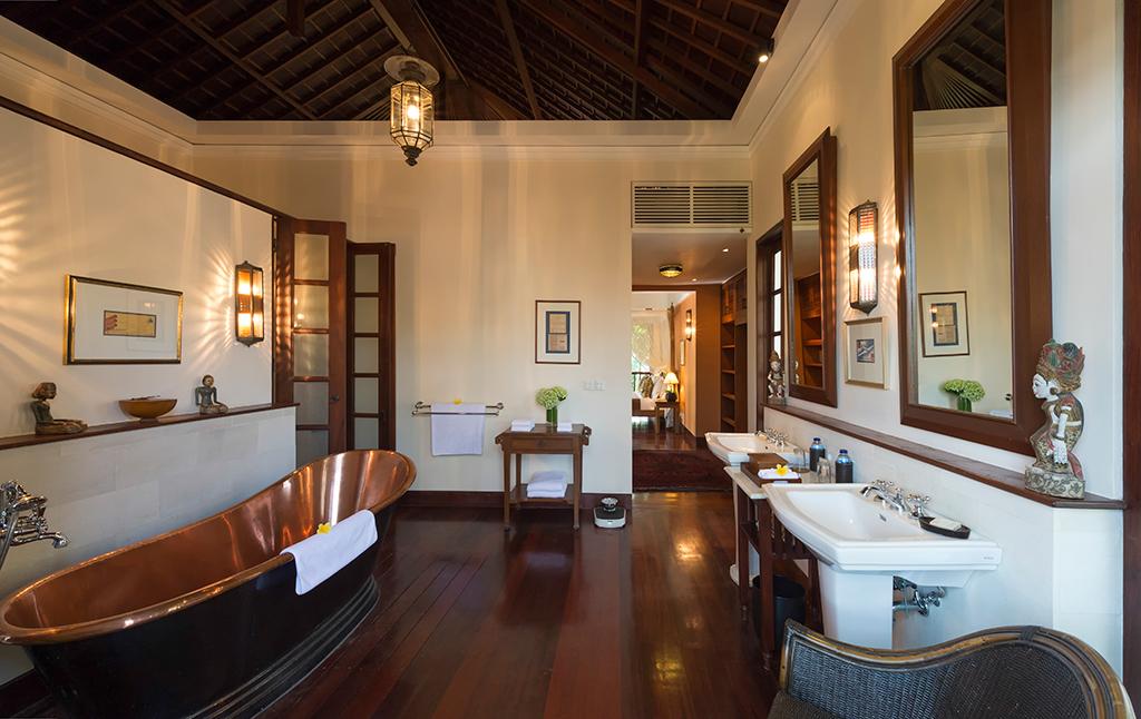 Villa-Batavia-Java-room-ensuite-with-copper-tub