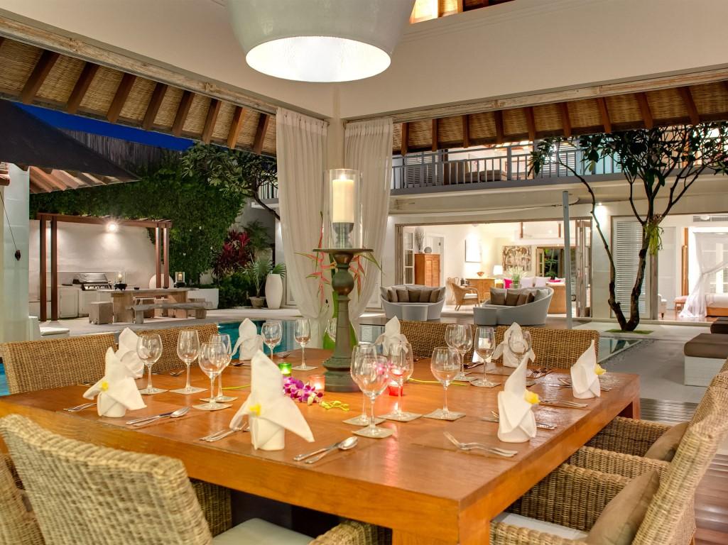 Villa-Jajaliluna-dining-room-at-night