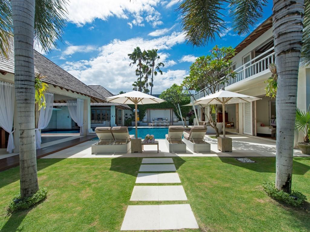 Villa-Jajaliluna-view-from-entrance