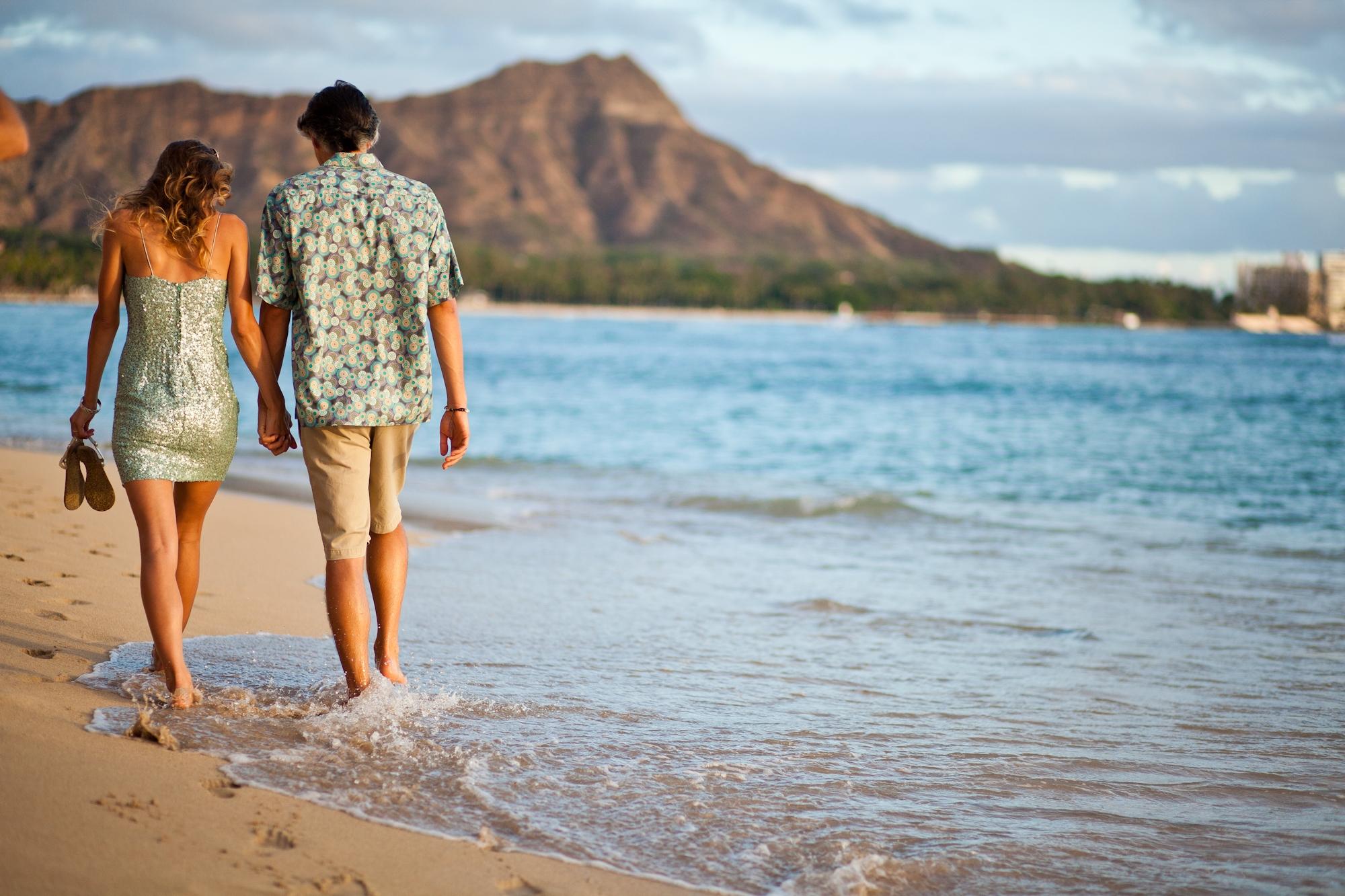 Hawaii-Tourism-Romantic-Stroll-2