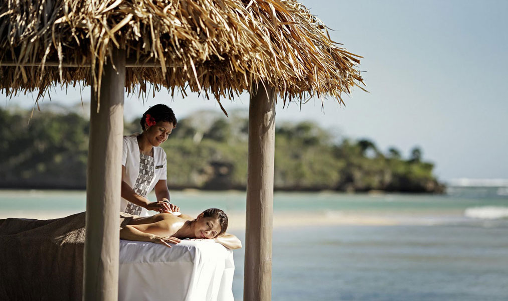 Intercontinental-Fiji-Massage-on-Beach