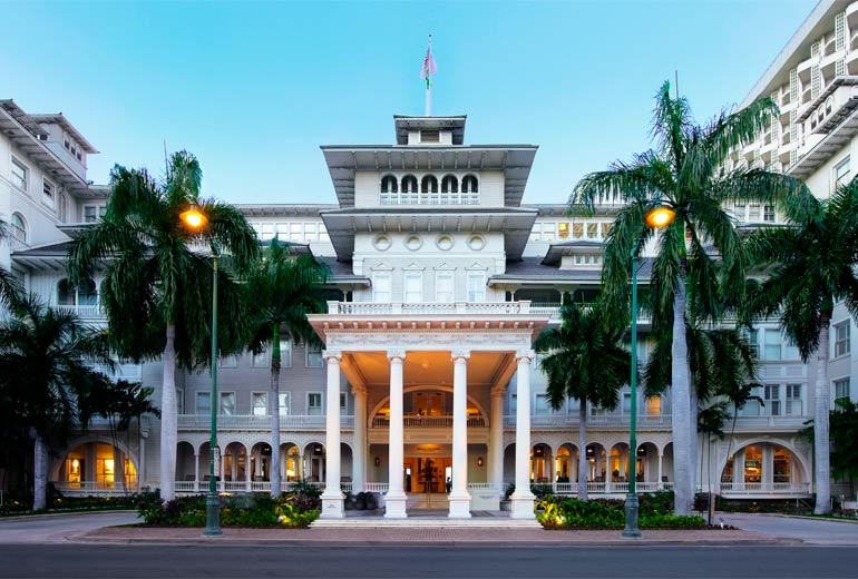 Moana-Surfrider-Hotel-Entrance-View