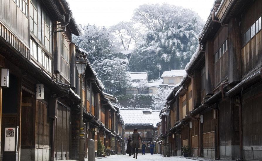Japan-Higashi-Chaya-Area-with-Snow-Kanazawa-City