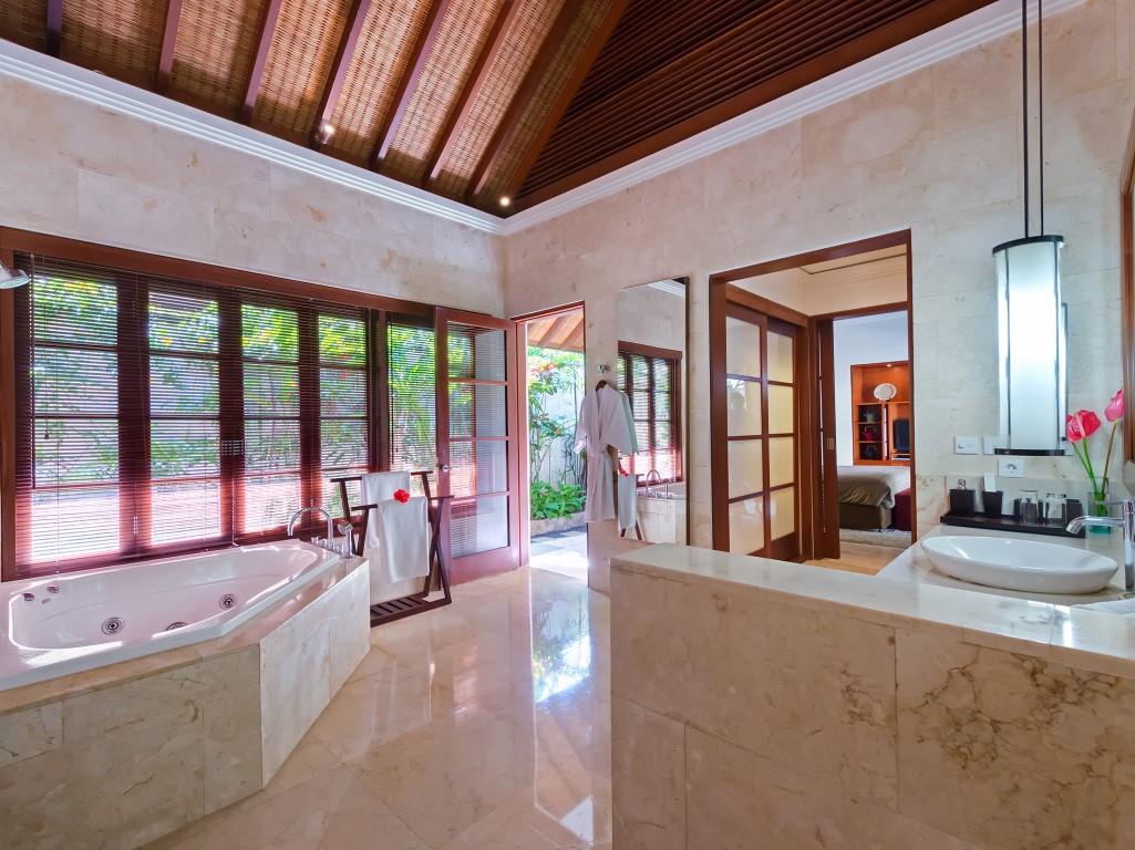 Villa-Shinta-Dewi-Jacuzzi-ensuite