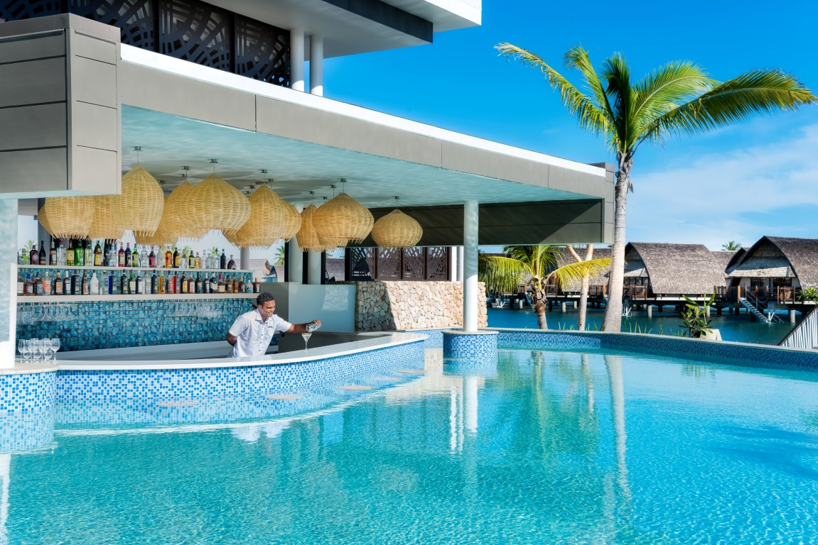Momi-Bay-lagoon-house-pool-bar