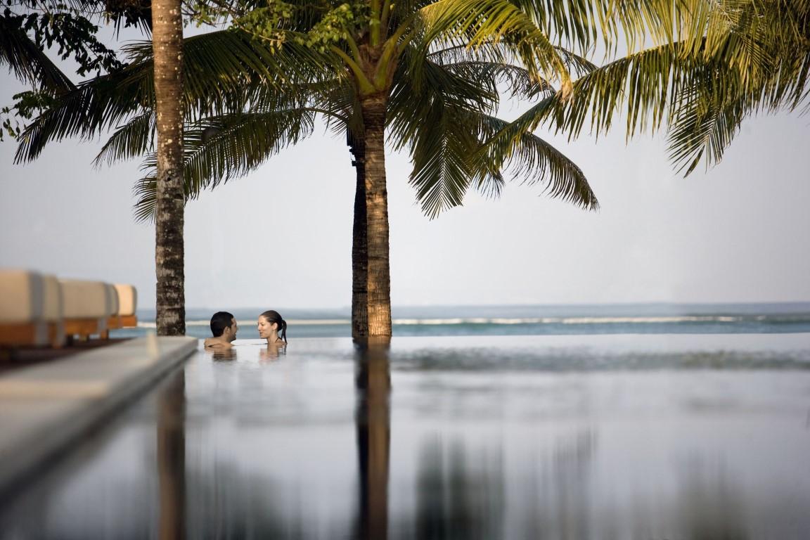 Royal-Santrian-pool-overlooking-beach